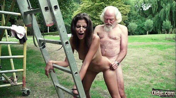 Секс инцест брат отсасывает пизду связанной сестренки жахнул девушки подвешенную на веревках длинным хуем